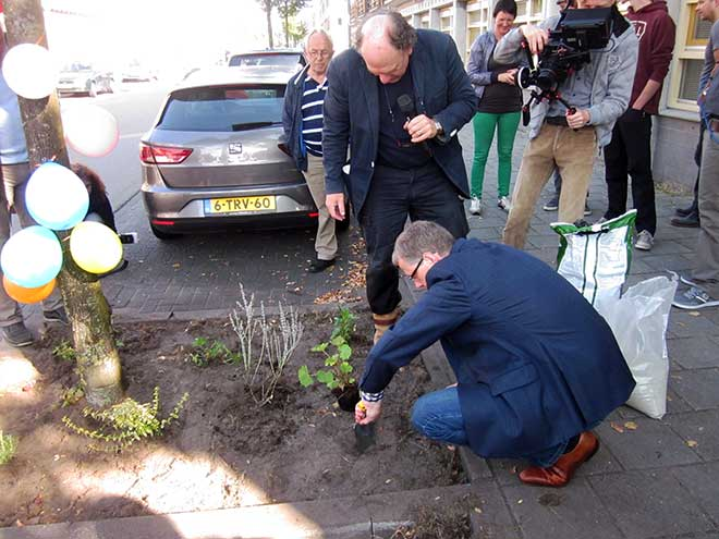 De bekende tuinontwerper Harry Pierik legt het wethouder Filip van As nog één keer goed uit.