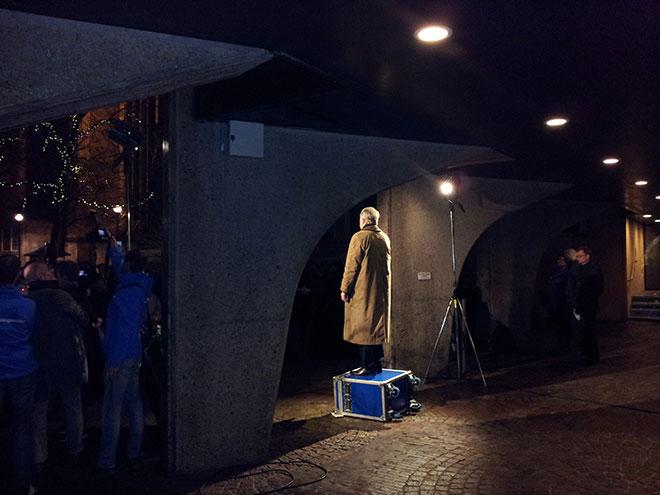 Burgemeester Henk Jan Meijer spreekt voor het stadhuis in Zwolle tijdens het protest tegen de terroristische aanslagen in Parijs.