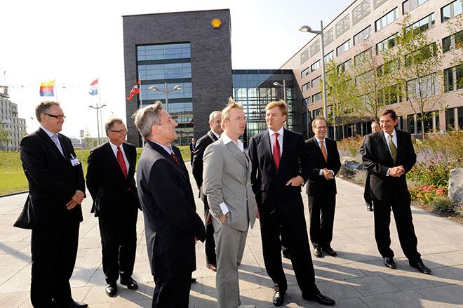 Ronald Westerhuis (grijs pak) met Koning Willem-Alexander bij de opening van een van zijn kunstwerken bij het Shell-kantoor in Amsterdam.