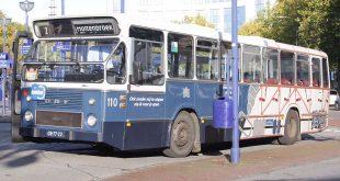 Oude stadsbussen rijden door Zwolle