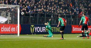 Queensy Menig scoort 2-0 voor PEC Zwolle tegen NEC