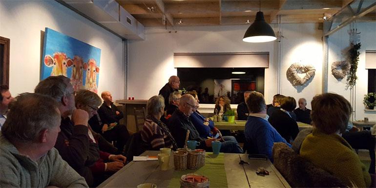 VVD-raadslid Gerrit van der Kooy spreekt tijdens een bijeenkomst over de windmolens vlakbij Spoolde en Westenholte.