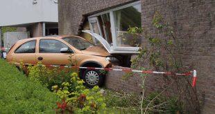 Auto rijdt huis binnen Zwolle-Zuid