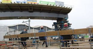 Spectaculaire drone-beelden van busbrug over station Zwolle