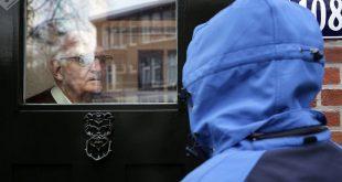 Vrouwen gebruiken coronavirus om ouderen te bestelen