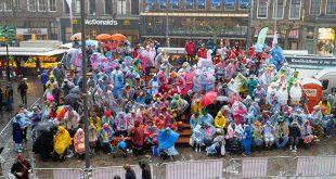 Video: Carnaval gaat in Zwolle door ondanks hoosbuien