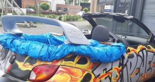Politie Zwolle haalt auto met zwembad op de achterbank van de weg