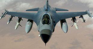 Twee F-16's vliegen laag over Zwolle